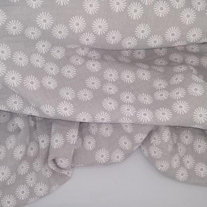 Tela de algodón gris con flor blanca arrugada