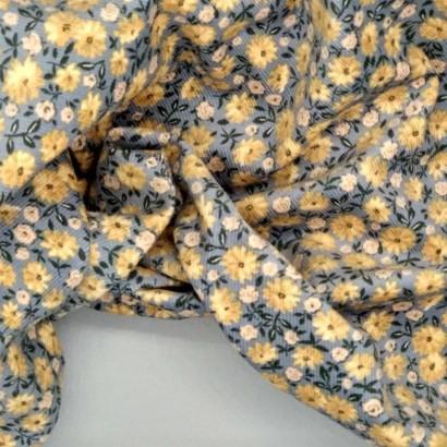 Tela de pana gris con flor amarilla arrugada
