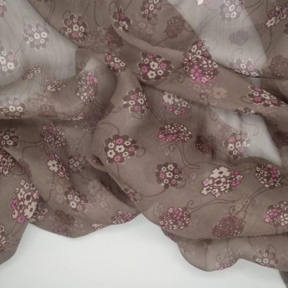 Tela de gasa gris con flores arrugada