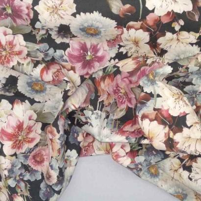 Tela de algodón negra flores azules y rosas arrugada