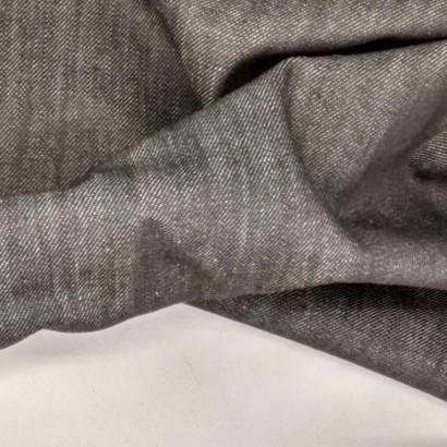 Tela de algodón vaquera oscura arrugada