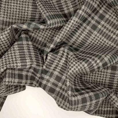 Tela de neopreno reversible gris y negro arrugada