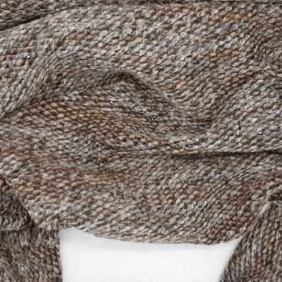 Tela de punto marrón y gris arrugada