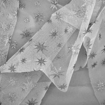 Tela de tul con estrellas blanca arrugada