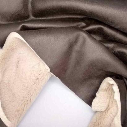 Tela de ante marrón con pelo crudo arrugada