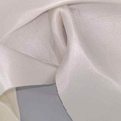 Tela de goma-espuma con rasete blanco arrugada