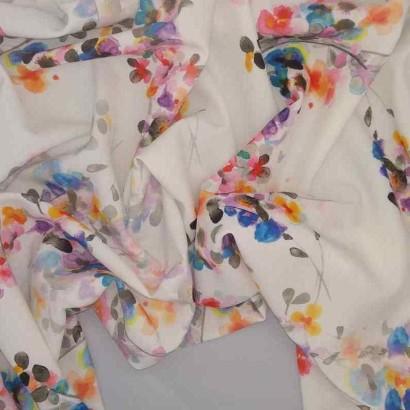 Tela de crepé blanca con flores vivas arrugada