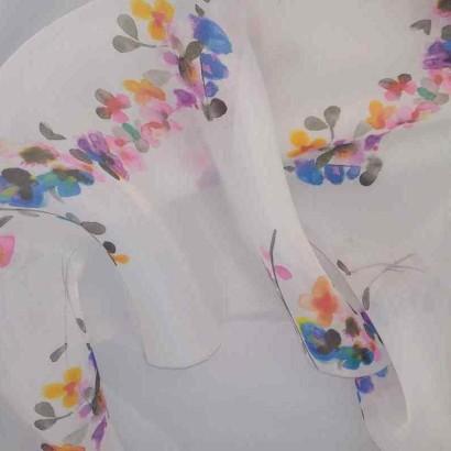 Tela de organza blanca con flores vivas arrugada