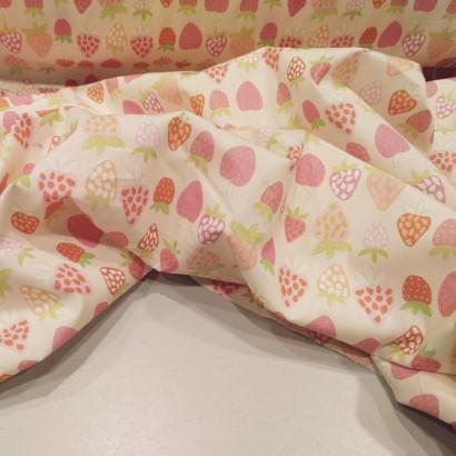 TTela de algodón con fresas arrugada