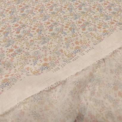 Tela de algodón con flores y ramas reves