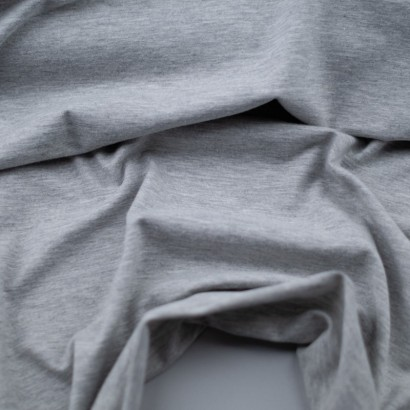 Tela de punto camiseta liso algodón gris perla  arrugada